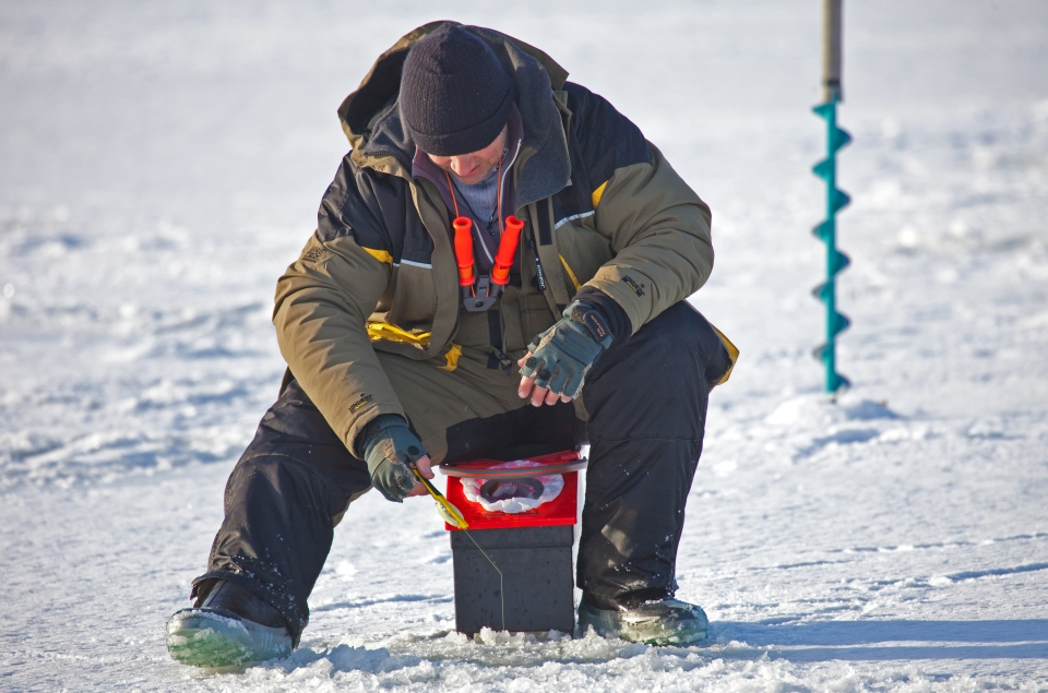 Ice_fishing_January_2011